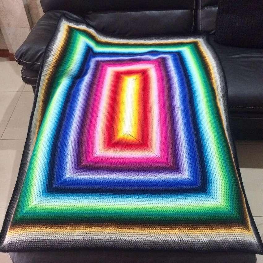 Manta arco iris tejida a crochet 0