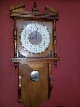 Reloj antiguo pared madera con péndulo