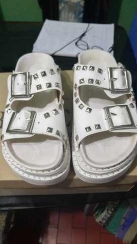 Sandalias blancas.
