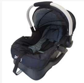 Se vende coche con silla para carro color negro y gris para niño o niña.
