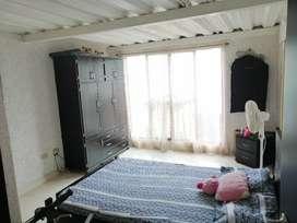 Casa unifamiliar en venta, cuenta con muy buena iluminación y terraza amplia para ropas o asado.