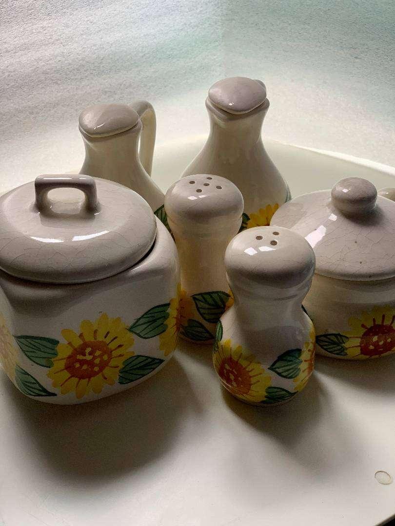 Set complementos de mesa en cerámica con decoración de girasoles. El Carmen de Viboral. Pintado a mano. Salero