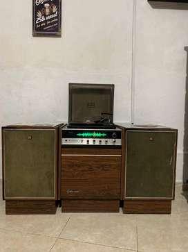 Radiola marca SHARP con mueble Golden sound  y Tornamesa para 33-45 y 78 revoluciones y su aguja diamante