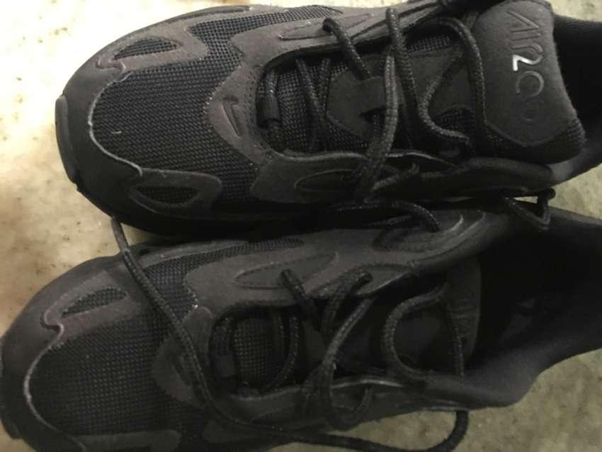 Vendo zapatillas T90 color negras nro 37 nuevas no tienen uso originales 0