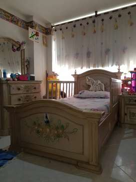 Juego de cama, peinadora con butaco y mesa de noche  para niña