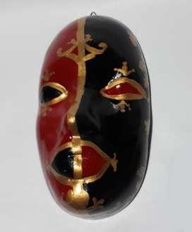 Máscara tipo veneciana en negro y rojo,  80