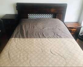 Juego de alcoba en pino, cama de 1.40 X 1.90, 10 años de antigüedad, consta de cama, 2 nocheros, mueble auxiliar, espejo