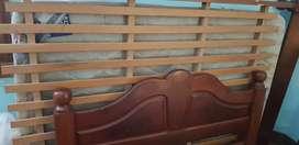 Conjunto de cama colchón y mesa de luz
