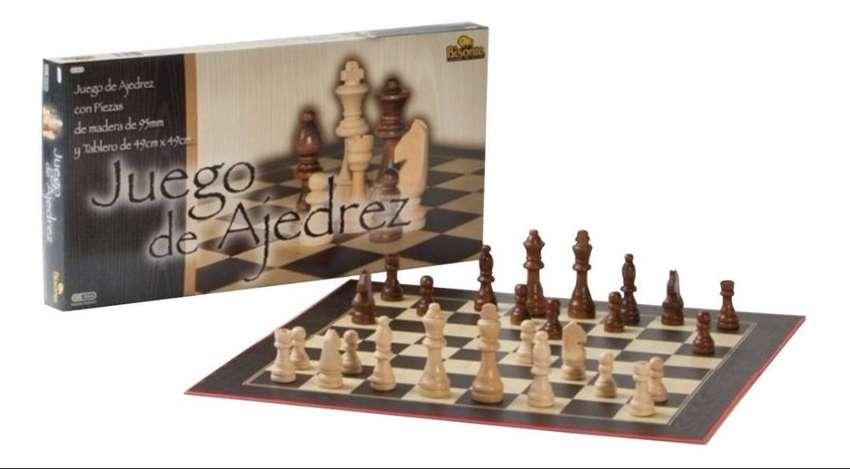 AJEDREZ CON PIEZAS DE MADERA DE 87 MM. Y TABLERO DE 49 X 49 CM. BISONTE 0
