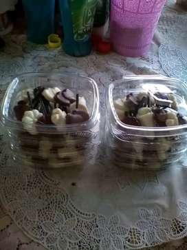 Estuche de chupetas de chocolates en figuras blanco y negro relleno de arroz tostado