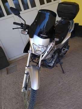 Honda Falcon 400 cc. Con accesorios. Defensa, valija.  Cobertor para tenerla interperie moto