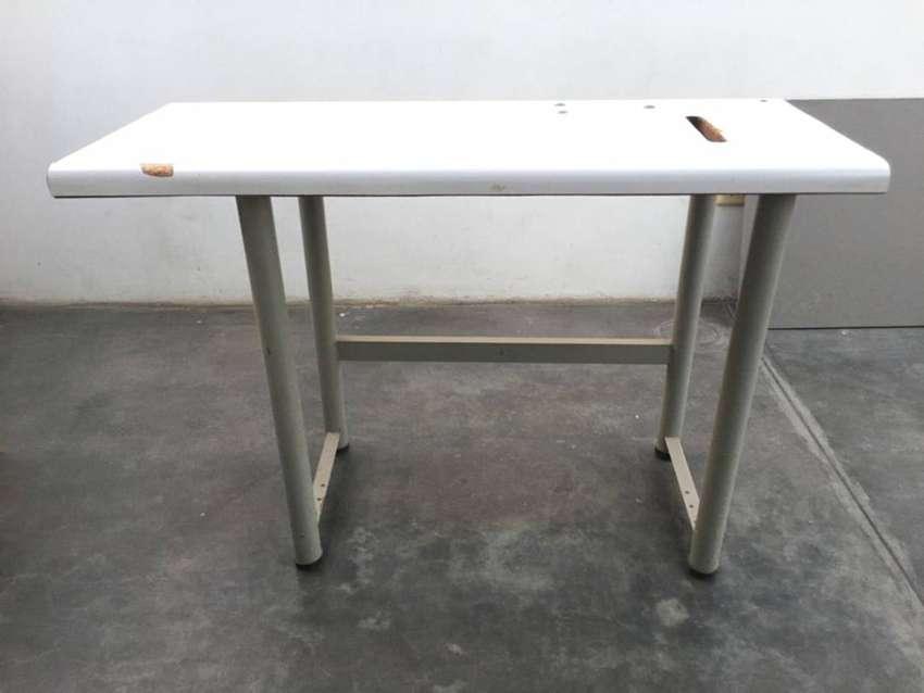 Mesa con base de metal usada 0