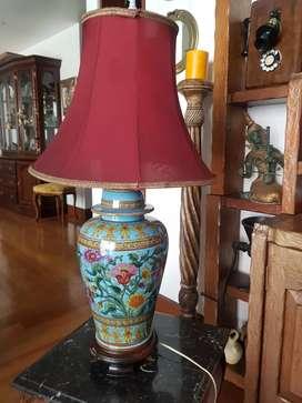 Juego de lámparas chinas antiguas con su mesitas