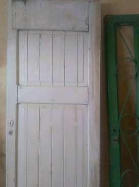Puerta interior blanca de madera maciza