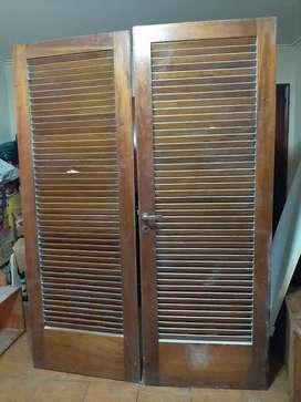 Puerta doble de madera con endijas