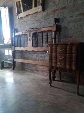 Antigua cabecera 1,40 y mesa de luz, ambos de estilo provenzal.