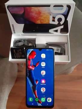 Samsung A50, 128 GB de almacenamiento,  4 GB de RAM, triple cámara.