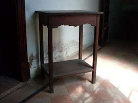 Mesita antigua, dura madera maciza