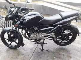 Vendo moto pulsar 135  Negra negociable