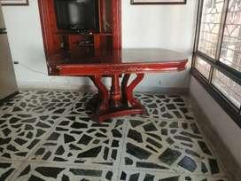 Vendo mesa de comedor clásica con base de madera tallada