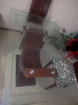 Hermoso Comedor 4 puestos De 2 mano , mesa en vidrio tallado de flores .