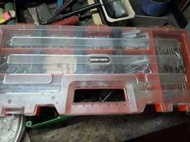 Caja de herramientas Black & Decker. Con mechas para taladro, tornillos y tarugos