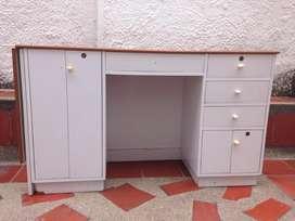 Versátil Mueble en madera y fórmica blanca con extensión