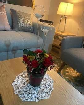 Hermoso jarron de rosas preservadas naturales