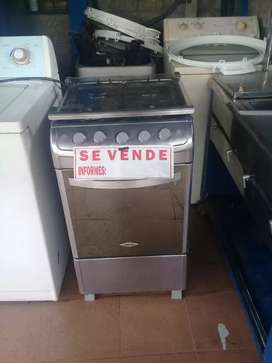 Se vende estufa de cuatro puestos con horno enexelente estado marca haced