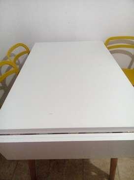 Mesa extensible laqueada blanca con patas de madera