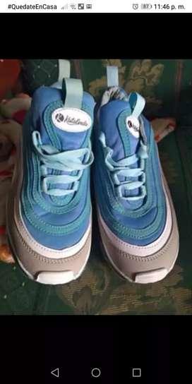 Se venden zapatillas de mujer