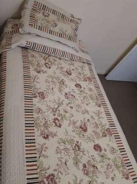 Hermoso cubrecama con funda de almohadón