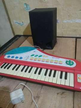 Vendo hermoso piano pequeño con cargador y parlante adaptados