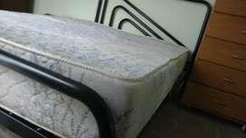 Cama y mesa de luz de caño (sin colchon) robustas liquido por mudanza