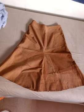 Pollera de gamuza y pantalón símil gamuza