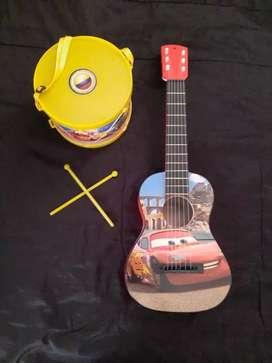 Guitarra de juguete y tambor