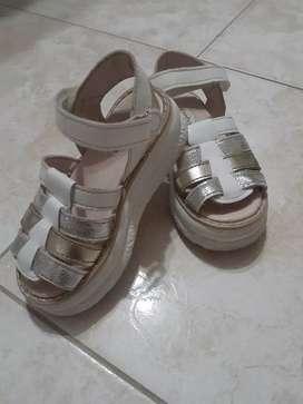 Vendo sandalias blancas