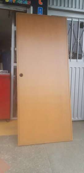 Puerta  en madera y aglomerado