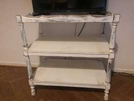 Mesa con dos estantes