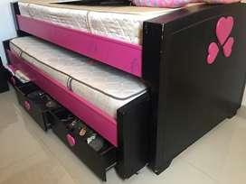 Vendo cama sencilla que viene con su cama auxiliar y tres cajones