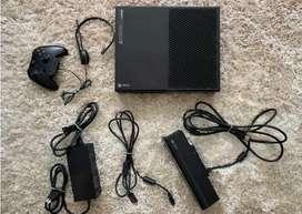 Xbox One con Kinect, diadema y un control