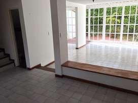 Casa de 2 pisos con parqueaderos en Conjunto Residencial, Barrio Ciudad Jardín Cali