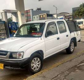 TOYOTA HAILUX 4*2. Doble cabina Dirección hidráulica combustible gas gasolina doble papeles de Bogotá al día