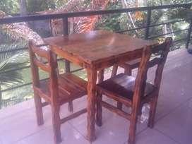 Elegante mesa con sillas