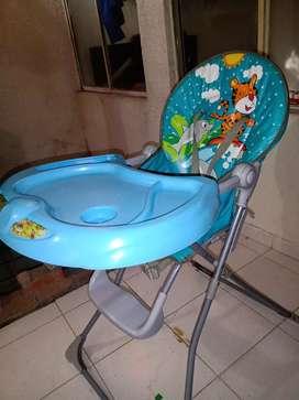 Se vende triciclo paseador y comedor para bebé