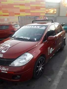 """Vendo mi auto Nissan tiida año 2013 versión full $ 7200 cuenta con pantalla táctil de 9"""" y cámara de retroceso."""