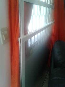 puerta corrediza en vidrio y aluminio una de 1.50 de ancho por 2 m de largo y la otra de 1.24 por 2 m con un mes de uso