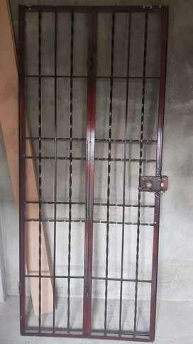 Protección metálica puerta