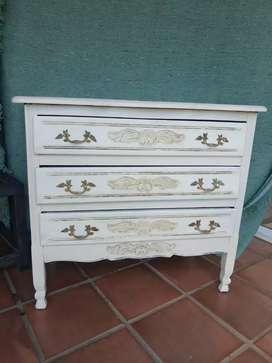 Vendo comoda estilo provenzal pintada y patinada blanca