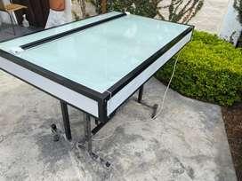 Mesa de vidrio con luz interna